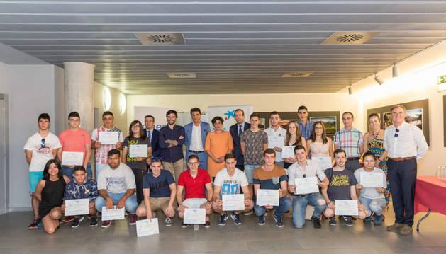 Imagen de los galardonados en esta edición del premio Futuros Profesionales junto a las autoridades y profesores asistentes al acto.