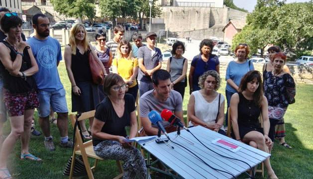 Amaia Zubieta, de Steilas, se dirige a los medios durante la rueda de prensa de este jueves ante Educación. Le rodean interinos que han quedado excluidos de las listas de contratación.