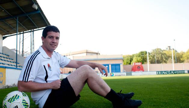 David Ruiz posa para Diario de Navarra en el césped del campo San Francisco, donde mañana la Peña se juega el ascenso a Segunda B.