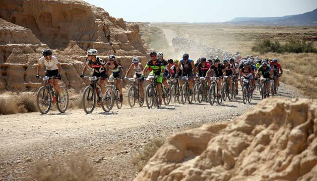Los ciclistas suben una cuesta durante la pasada edición de la Extreme Bardenas.