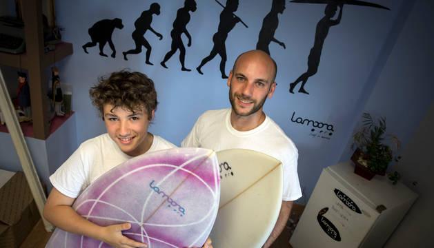 Los surfistas navarros Iker de Lope (izquierda) y Xabier Ausejo (derecha) en la tienda de surf pamplonesa Lamoona.