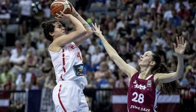 Alba Torrens lanza por encima de una defensora letona.