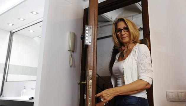 Imagen de la barcelonesa Montse Perez en el piso de su propiedad en la calle del Mar.