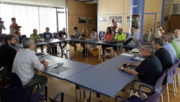 Foto de integrantes de la Mesa del Encierro en los compases iniciales del encuentro de ayer, en la sede de Seguridad Ciudadana