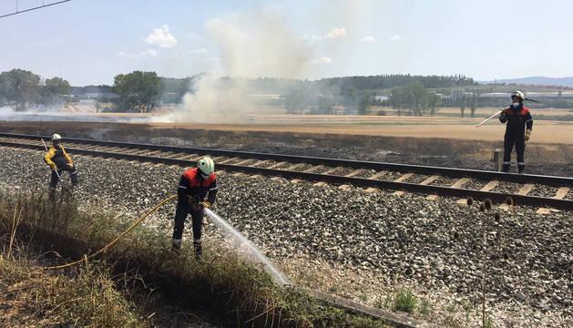 Trabajos en Iza, en uno de los focos originados junto a las vías del tren.