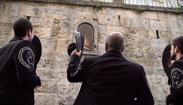 Fotograma del videoclip del lanzamiento del quinto disco de los Tenampas y El Mariachi, 'Un charro en San Fermín'.