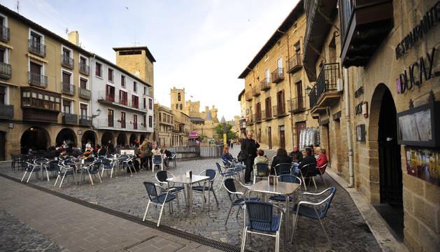 Vista general de la plaza Carlos III de Olite.