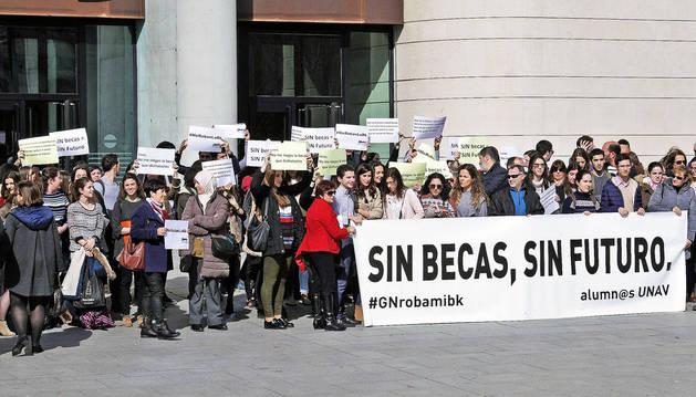 Una protesta de los afectados por el recorte de becas a la UN tras interponer una demanda en la Audiencia.