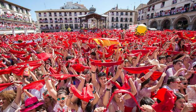 Imagen de tudelanos alzando sus pañuelos esperando el inicio festivo en el cohete del año pasado.