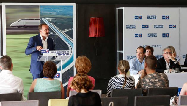 Imagen de Javier Esparza, durante su intervención en el consejo político, con los proyectos del TAV y del Canal de Navarra de fondo.