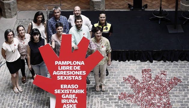 La concejala especial de Igualdad y LGTBI, Laura Berro (3d), el concejal delegado de Seguridad Ciudadana, Aritz Romeo (2d), la concejala delegada de Acción Social y Desarrollo Comunitario, Edurne Eguino (d), y el director del área de Participación Ciudadana, Igualda y Empoderamiento Social, Axel Moreno (fila de atrás 2d) durante la presentación de la campaña municipal 'Pamplona libre de agresiones sexistas/Eraso sexistarik gabe, Iruña aske''