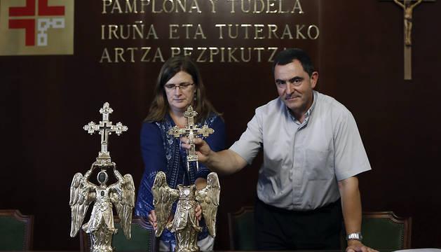 El capellán del Santuario de San Miguel de Aralar, Mikel Garciandia, y la restauradora Carmen Usúa.