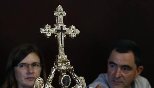 El capellán del Santuario de San Miguel de Aralar, Mikel Garciandia, y la restauradora Carmen Usúa, explican el proceso de restauración de la imagen.