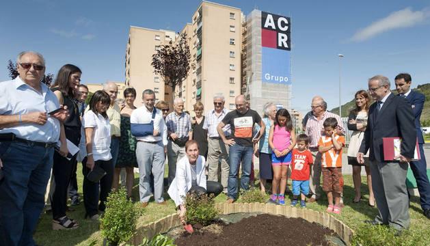 La presidenta plantando arbustos tras el acto del proyecto Efidistrict.