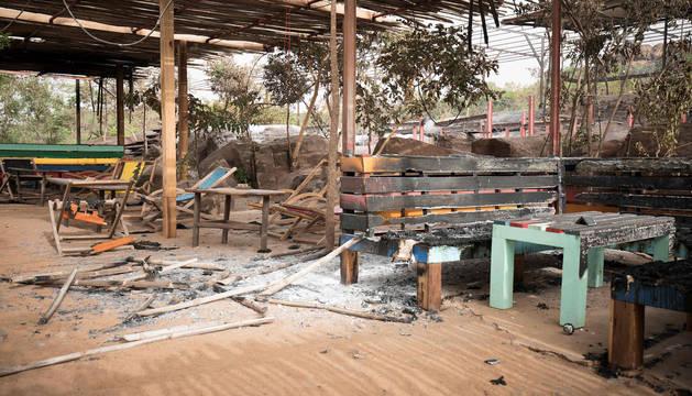 Destrozos en la terraza del hotel de Kangaba tras el asalto del comando yihadista.