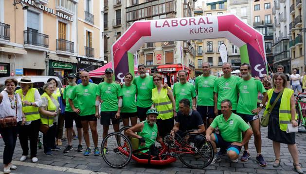 Foto de los corredores, entre ellos Induráin y Patxi Puñal, junto a los miembros de la asociación en la línea de meta.