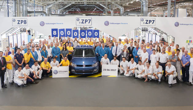 Foto de los trabajadores de Volkswagen Navarra posan para la foto del coche número 8 millones.
