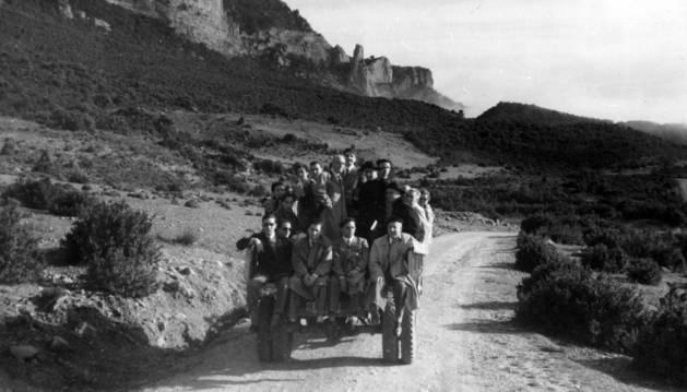 Algunos miembros de la Cofradía, en una camioneta durante una visita al Monasterio de Leire y a las obras del embalse de Yesa.