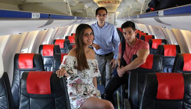 Foto de Marta Úriz junto a Javier Hernández e Íñigo Esparza en el interior de un avión de Air Nostrum, en el aeropuerto de Noáin.