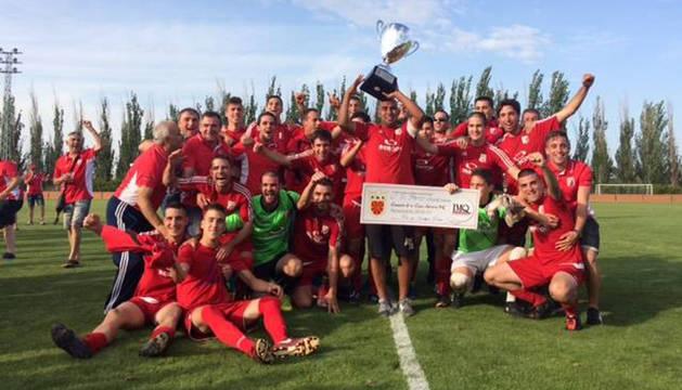 Los jugadores y cuerpo técnico del Beti Casedano después de vencer a la Peña Azagresa con la copa de campeón.