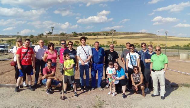 Los adjudicatarios de las huertas, acompañados de algunos familiares y representantes del Ayuntamiento, en la entrega.