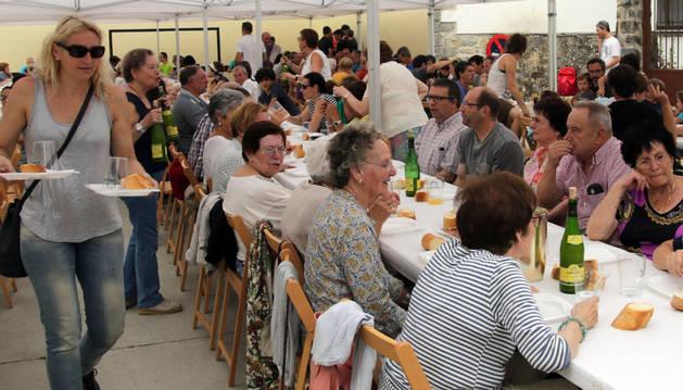 Imagen de un momento de la comida celebrada este sábado en el frontón de Vidángoz.