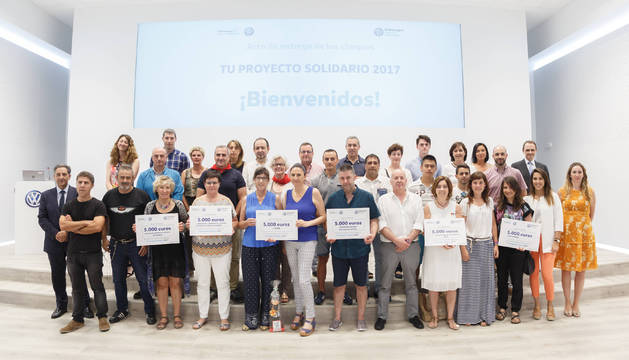 Trabajadores y responsables de Volkswagen, junto a representantes de las entidades sociales.