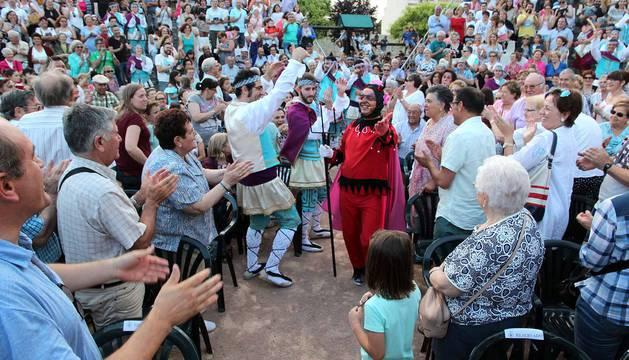 Imágenes del Paloteado del barrio de Lourdes, gigantes, hinchables y concierto.