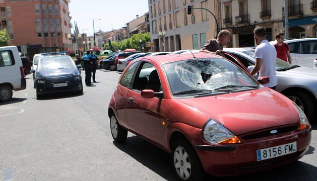 Produce daños en varios coches en Tudela tras saltar desnudo sobre ellos