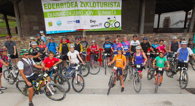 Imagen de participantes en la marcha cicloturista.