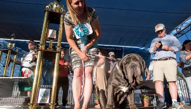 Marta celebra por todo lo alto con su dueña el premio otorgado