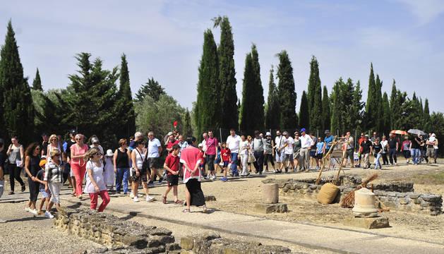 Un centenar de visitantes accede al yacimiento de la ciudad romana de Andelos.