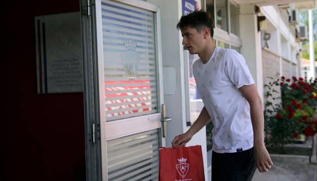 Imagen de Miguel Olavide entrando en el edificio de las instalaciones de Tajonar.