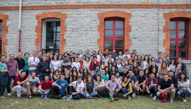Exalumnos del instituto Cuatro Vientos que han estado de Erasmus desde 2002 posan con algunos de sus profesores para celebrar los 30 años del programa.