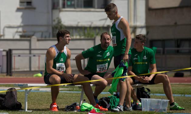 Imagen de Nico Quijera, sentado a la izquierda, conversando con su hermano Manu, que fue segundo.