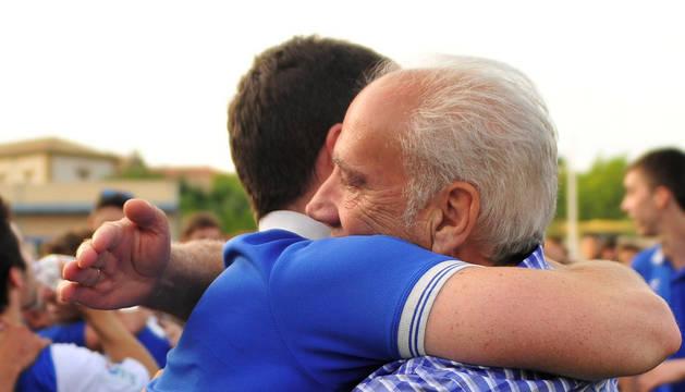 Imagen de David Ruiz (entrenador, izda) y Juan Antonio Cabrero (presidente, dcha) se abrazan tras el ascenso.