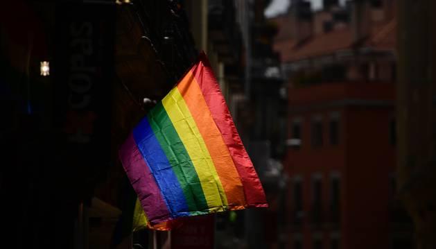 Foto de una bandera en el barrio de Chueca.