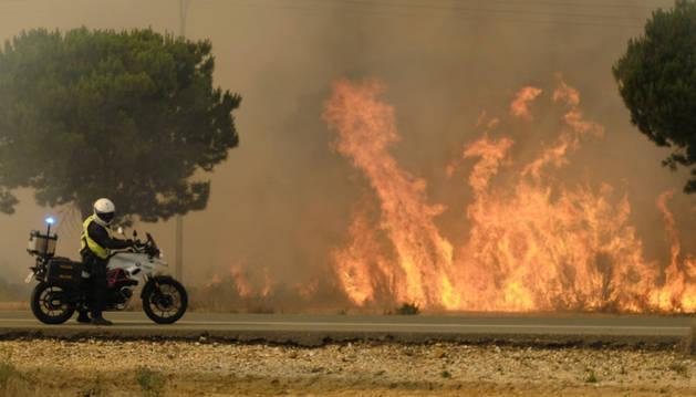 Imagen de las llamas en los alrededores de Mazagón, en Huelva.