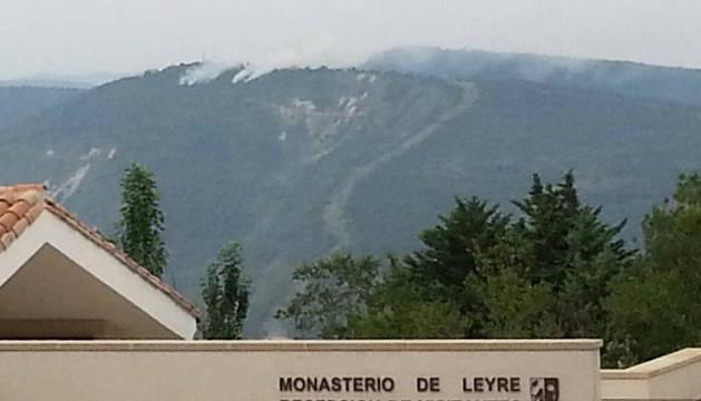 Vista del incendio desde el Monasterio de Leyre.