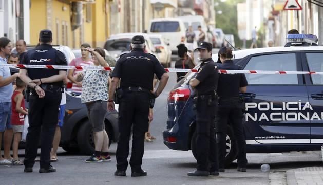 Foto de los agentes de la Policía Nacional acordonan los alrededores del escenario del crimen.
