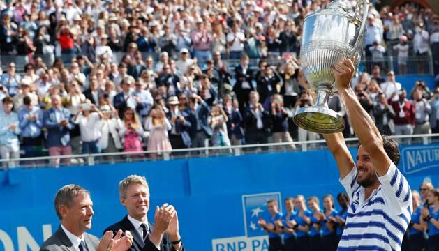 López alza el trofeo del Torneo de Queens