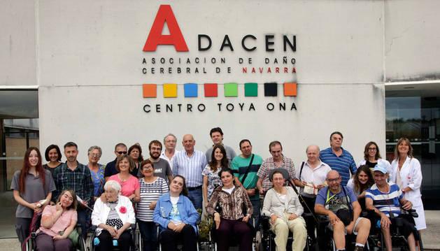 Foto de familia de la Asociación de Daño Cerebral de Navarra con voluntarios,  afectados y trabajadores, en su centro de Mutilva.