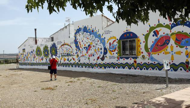 Una imagen del mural realizado en la parte trasera de la calle La Ribera y que tiene como elemento vertebrador el agua.