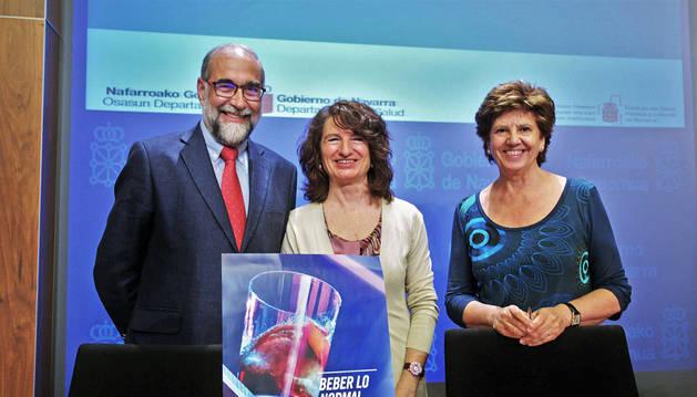 Fernando Domínguez, Mª José Pérez y Marga Echauri con el cartel de la campaña.