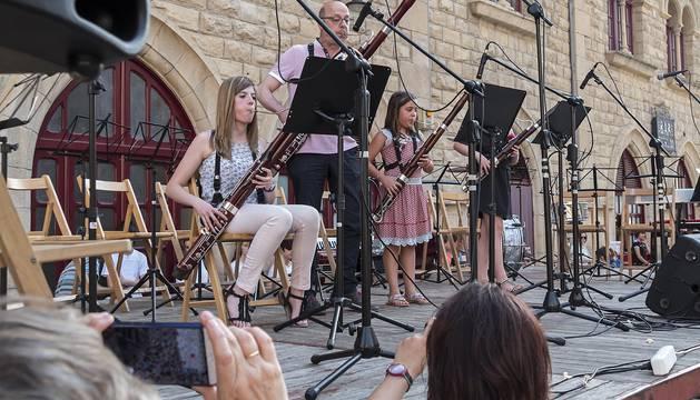 Concierto de fin de curso de la escuela de música en la plaza de la Coronación de Estella.