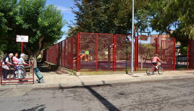 Exterior del parque infantil situado entre la residencia y el paseo del Medianil de Lodosa.