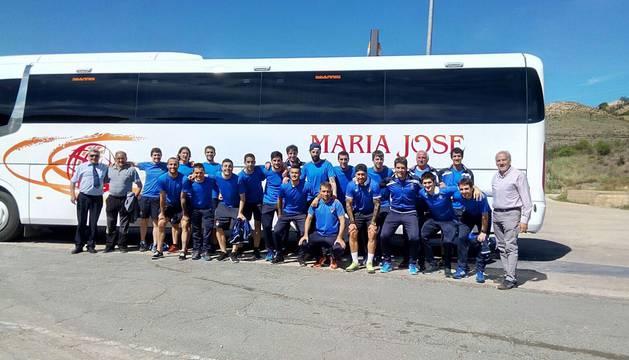 La plantilla de la Peña antes de coger el autobús que les llevó a Madrid para coger el avión a Las Palmas.