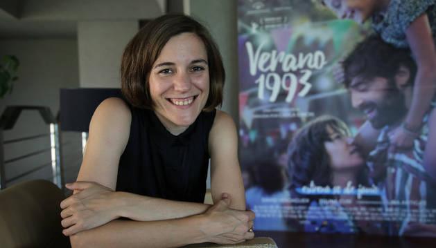 Imagen de la directora de cine Carla Simón junto al cartel de su película 'Verano 1993'.