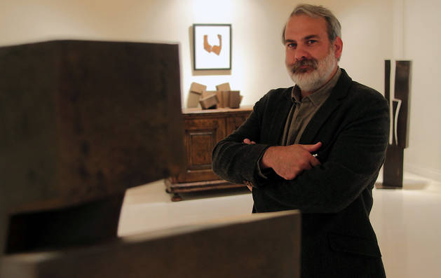 El artista navarro Carlos Ciriza, en una imagen de 2014, junto a una de sus esculturas.