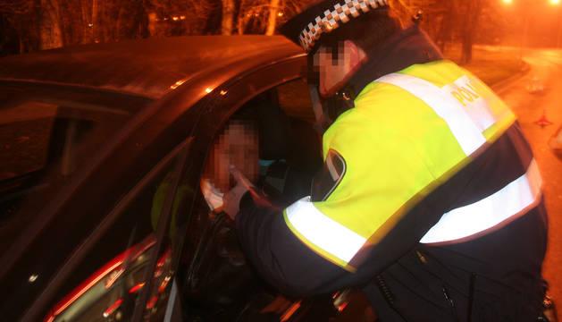 Un policía municipal realiza un control de alcoholemia en Pamplona.